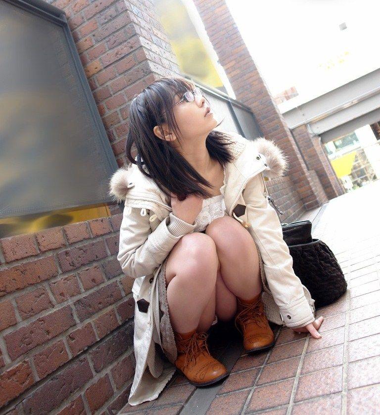 股間 可愛い 美女 しゃがみ パンチラ エロ画像【24】