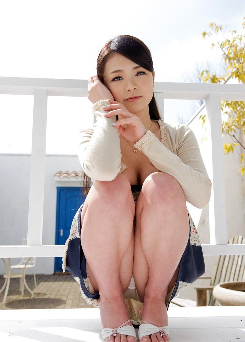 股間 可愛い 美女 しゃがみ パンチラ エロ画像【26】