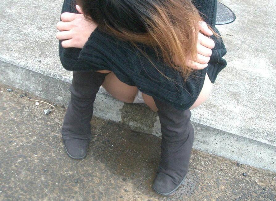 おもらし街撮り!街中で見つけた野外失禁女性のエロ画像