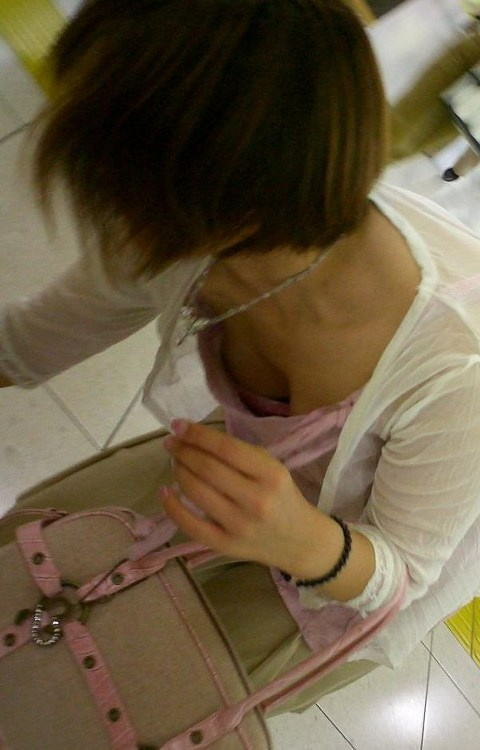 胸元 ピンク ブラジャー 桃色 胸チラ エロ画像【2】