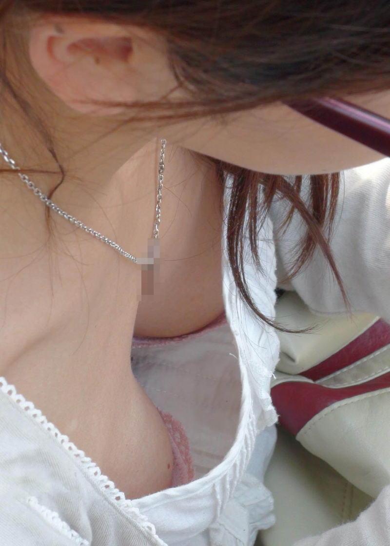 胸元 ピンク ブラジャー 桃色 胸チラ エロ画像【3】