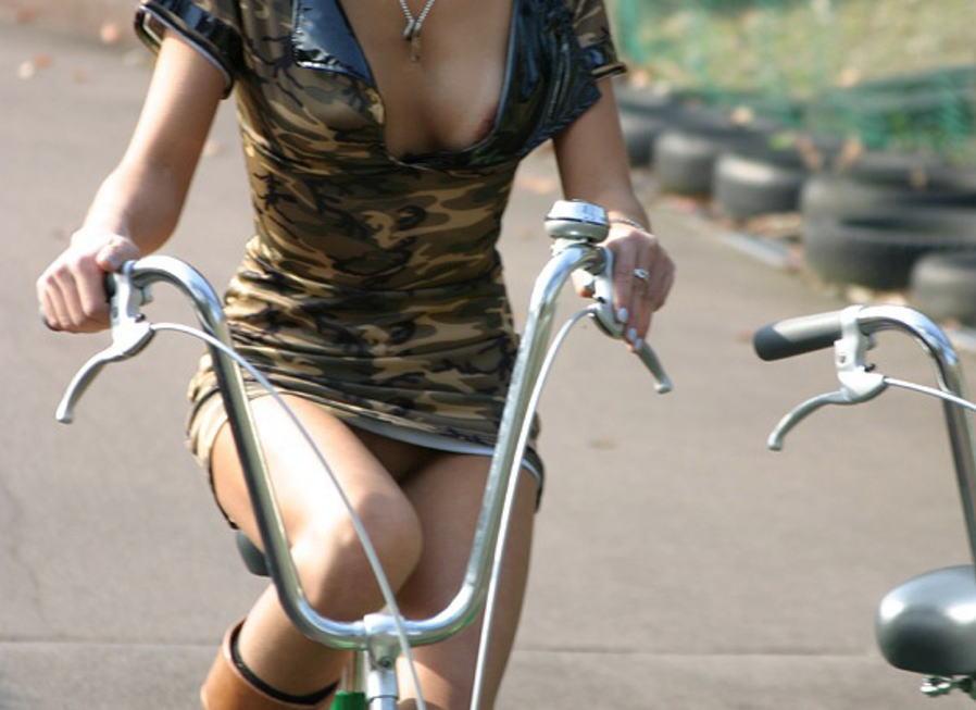 自転車 ラッキー パンチラ ハプニング エロ画像