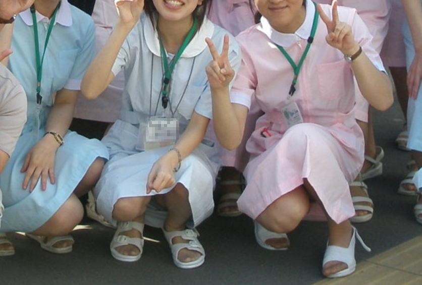 リアル 看護師 スケベ ナース しゃがみ パンチラ エロ画像【2】