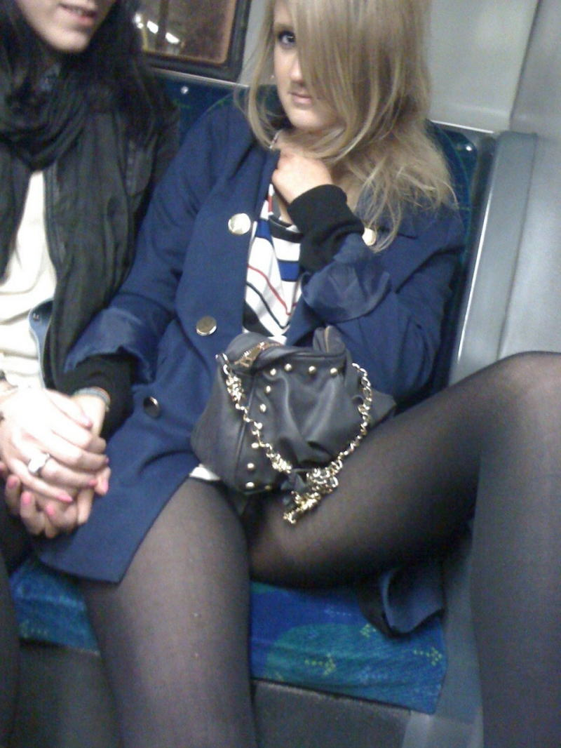 電車 バス 車内 外国人 パンチラ エロ画像【6】