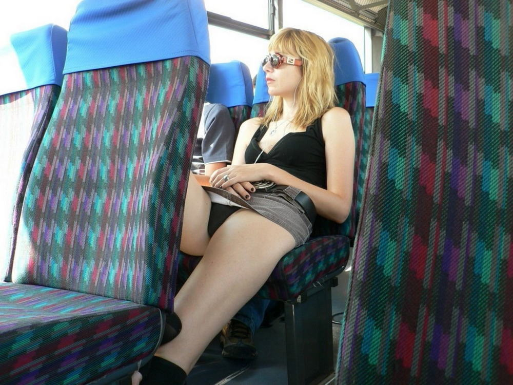 電車 バス 車内 外国人 パンチラ エロ画像【13】
