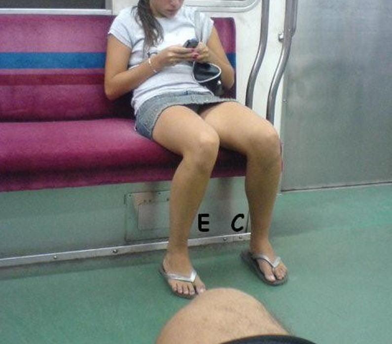 電車 バス 車内 外国人 パンチラ エロ画像【24】