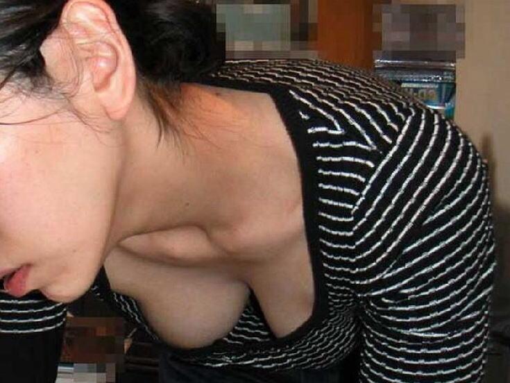 家庭内 妻 ママ パンチラ 胸チラ 家チラ エロ画像【18】