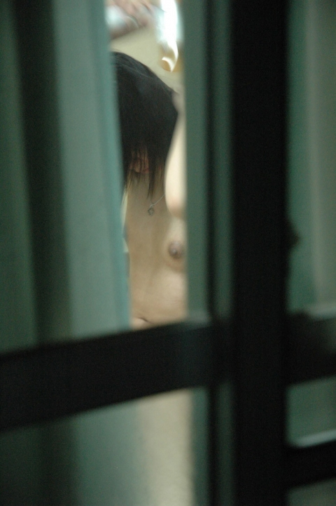 カーテン 隙間 部屋 覗く ご近所 盗撮 エロ画像【2】