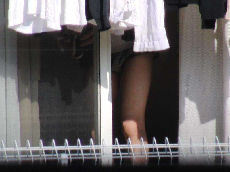 カーテン 隙間 部屋 覗く ご近所 盗撮 エロ画像【8】