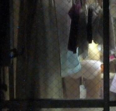 カーテン 隙間 部屋 覗く ご近所 盗撮 エロ画像【12】