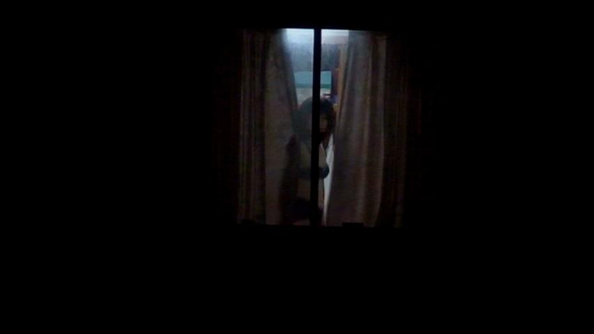カーテン 隙間 部屋 覗く ご近所 盗撮 エロ画像【26】
