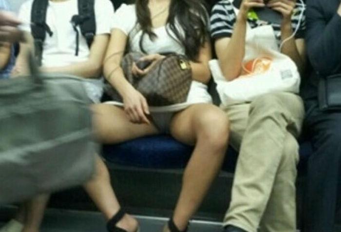 電車の中でスマホいじるフリして華麗に盗撮してみたwww