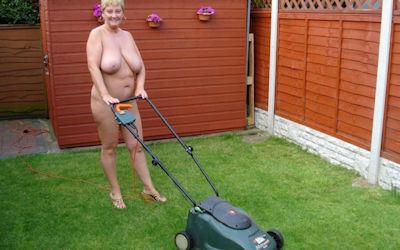 全裸で庭仕事してるガーデニング熟女のエロ画像 ①