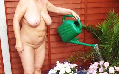 全裸で庭仕事してるガーデニング熟女のエロ画像 ③