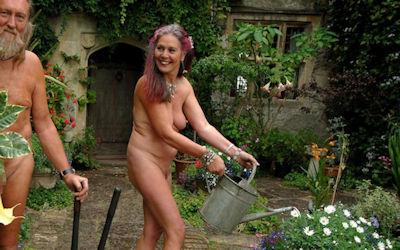 全裸で庭仕事してるガーデニング熟女のエロ画像 ④