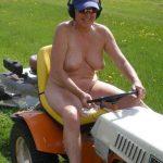 全裸で庭仕事してるガーデニング熟女のエロ画像