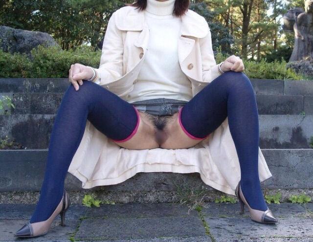 おまんこ 露出 ノーパン M字開脚 マンチラ エロ画像【27】