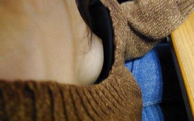 ブラの隙間に乳首を見つけたラッキー胸チラエロ画像 ③