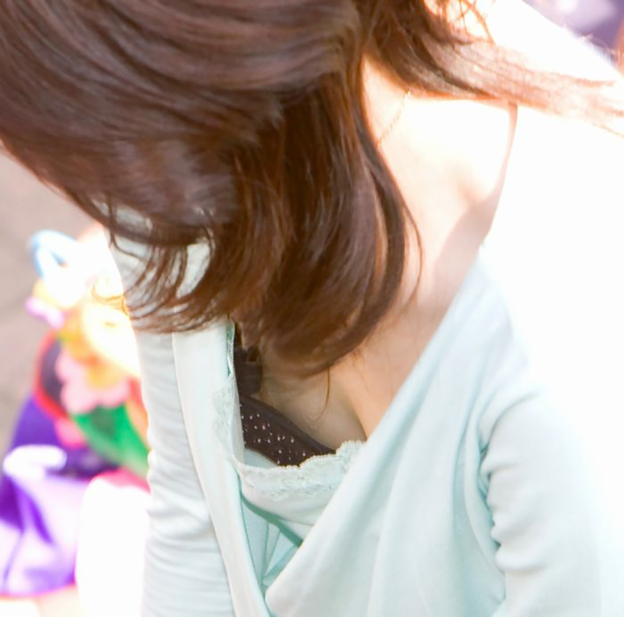 ブラ 隙間 乳首 ラッキー 胸チラ エロ画像【14】