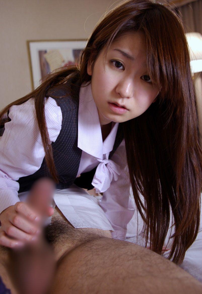 女性社員 手コキ OL エロ画像【2】