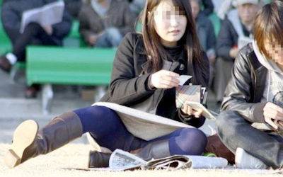 彼女のパンツ!街撮りカップルのパンチラ画像 ①