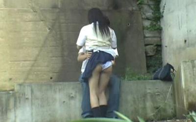 彼女のパンツ!街撮りカップルのパンチラ画像 ④