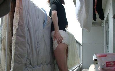 洗濯物を干す妻や彼女の家庭内撮りエロ画像 ②