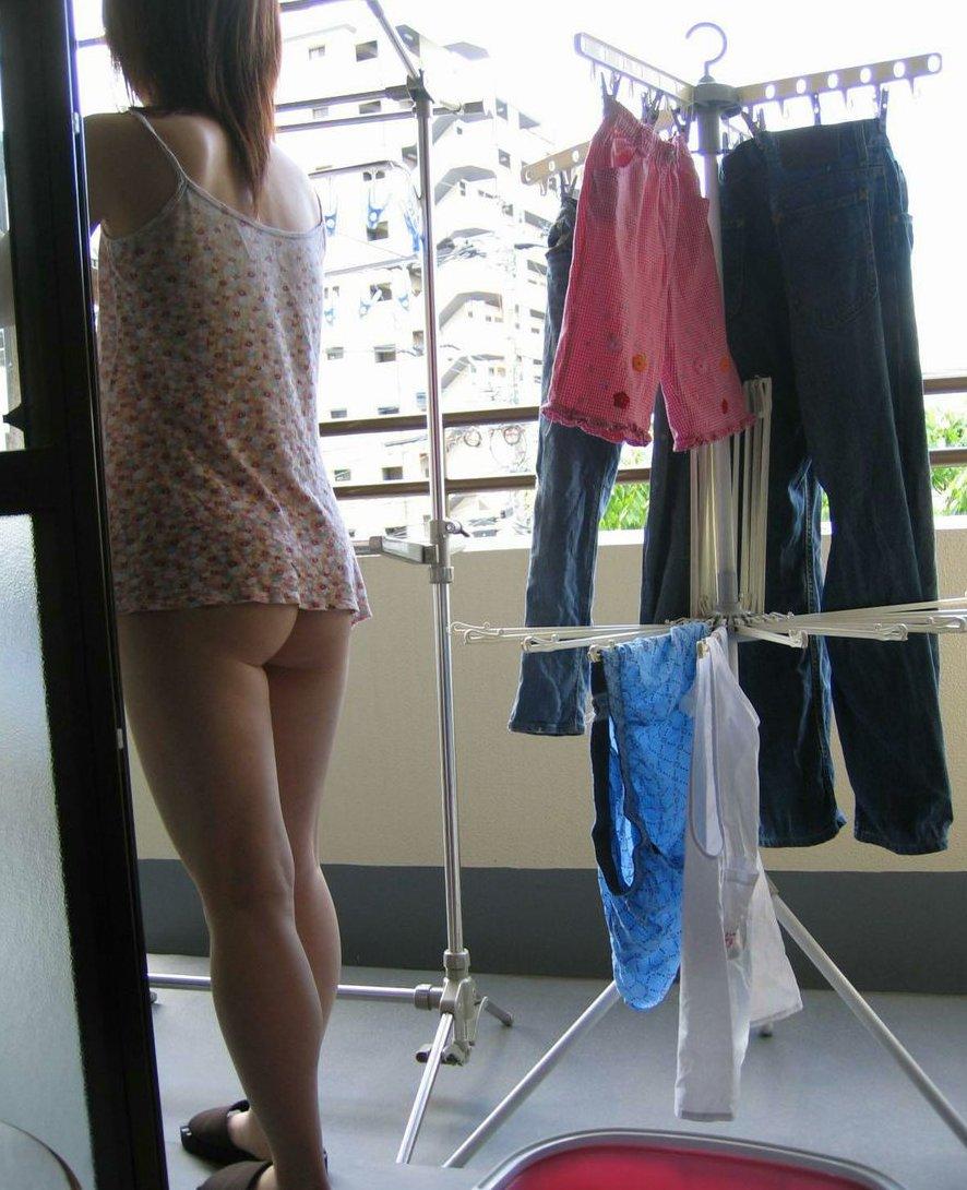 洗濯物 干す 妻 彼女 家庭内 エロ画像【4】