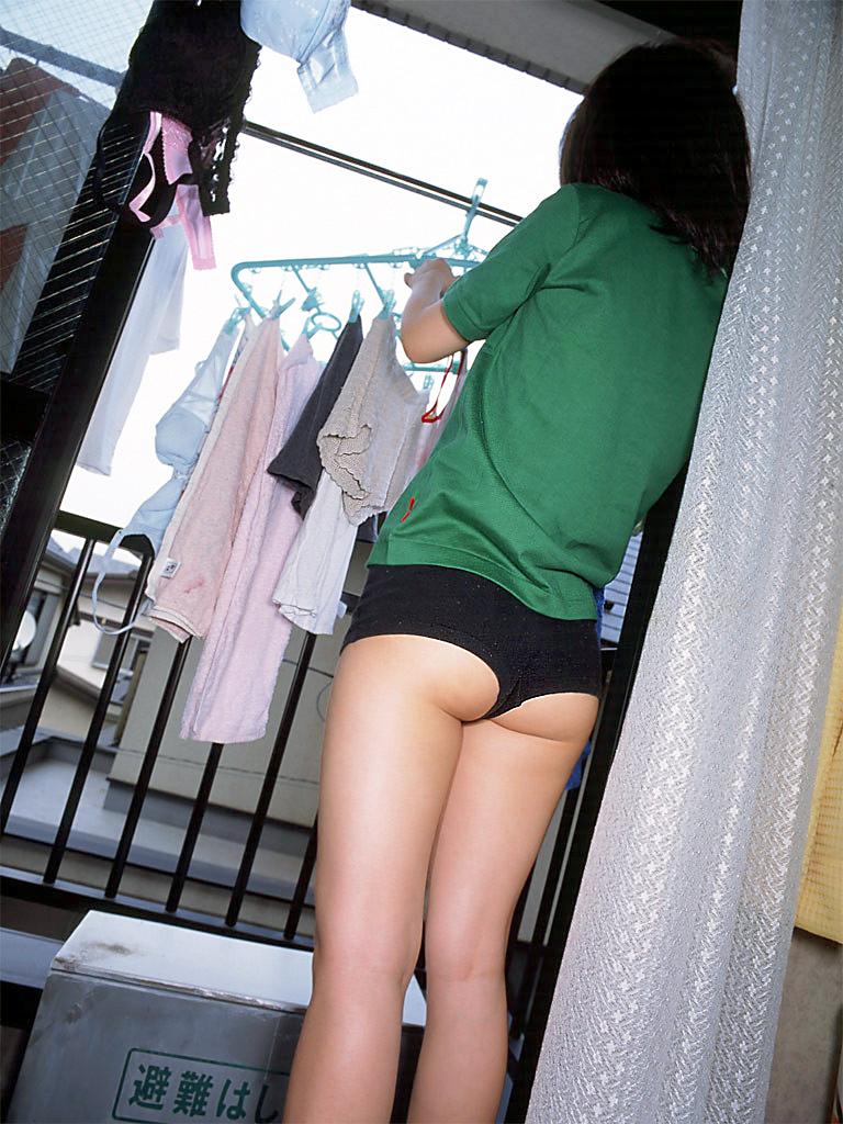 洗濯物 干す 妻 彼女 家庭内 エロ画像【7】