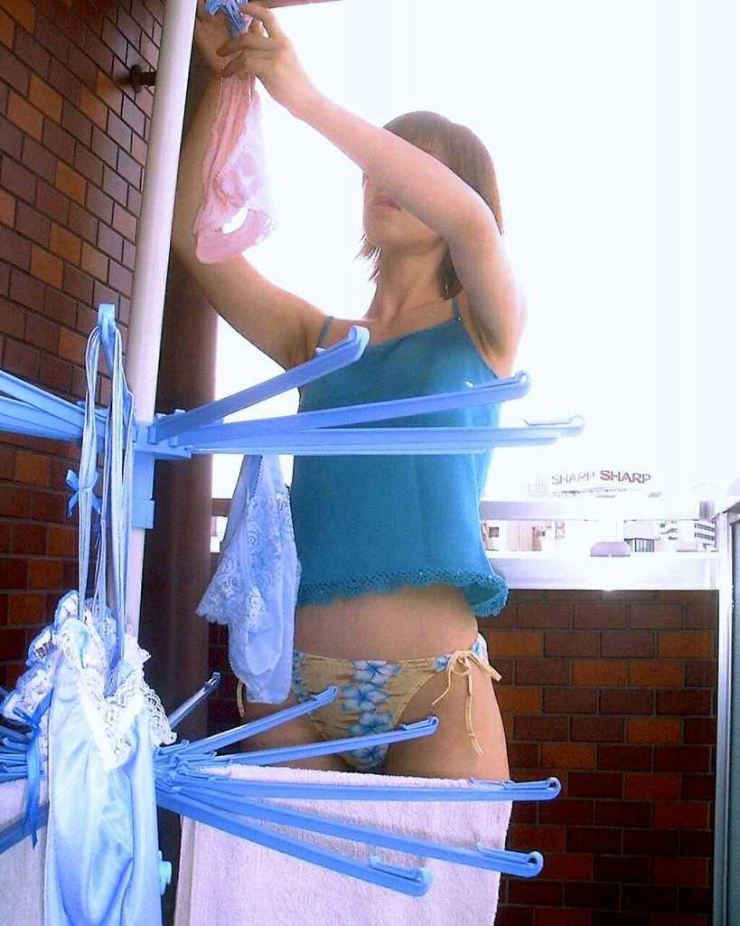 洗濯物 干す 妻 彼女 家庭内 エロ画像【18】