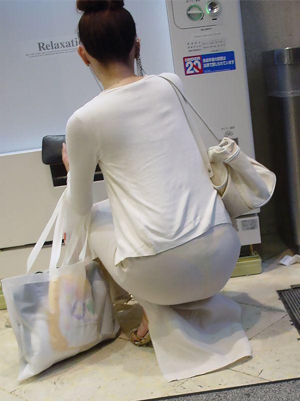 しゃがみ 透けパン パンティライン お尻 透けプリ エロ画像【12】