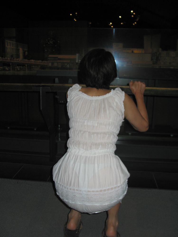 しゃがみ 透けパン パンティライン お尻 透けプリ エロ画像【30】