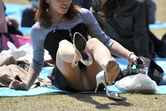 公園で同一女性のパンチラの一部始終を捉えたエロ画像