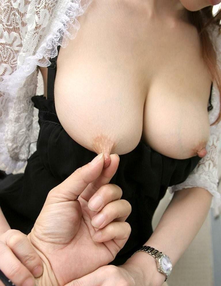 指 摘む 引っ張る 伸ばす 乳首 ビヨーン エロ画像【13】