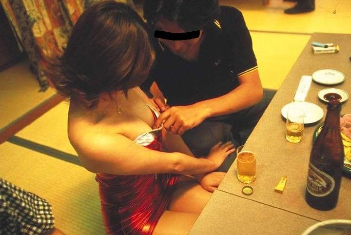 温泉 ピンクコンパニオン おっぱい 遊ぶ おっさん エロ画像【15】