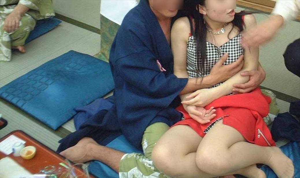 温泉 ピンクコンパニオン おっぱい 遊ぶ おっさん エロ画像【26】