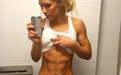 腹筋の筋肉が美しい外国人美女の自撮り画像 ①