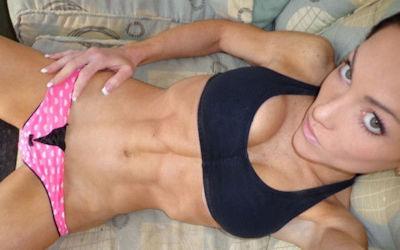 腹筋の筋肉が美しい外国人美女の自撮り画像 ④