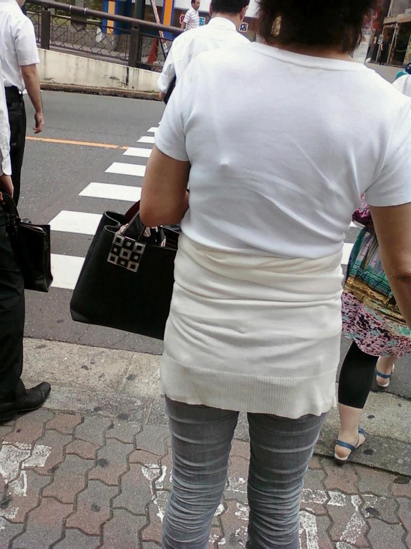 熟女 人妻 ママさん おばさん 透けブラ エロ画像【6】