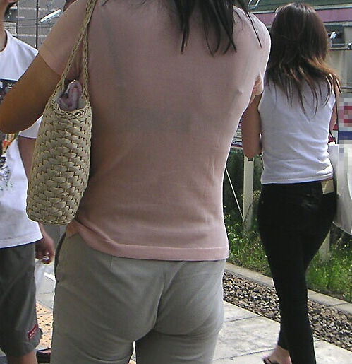 熟女 人妻 ママさん おばさん 透けブラ エロ画像【23】