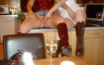 ノーパン外国人がワイン飲んでる飲酒マンチラエロ画像 ④