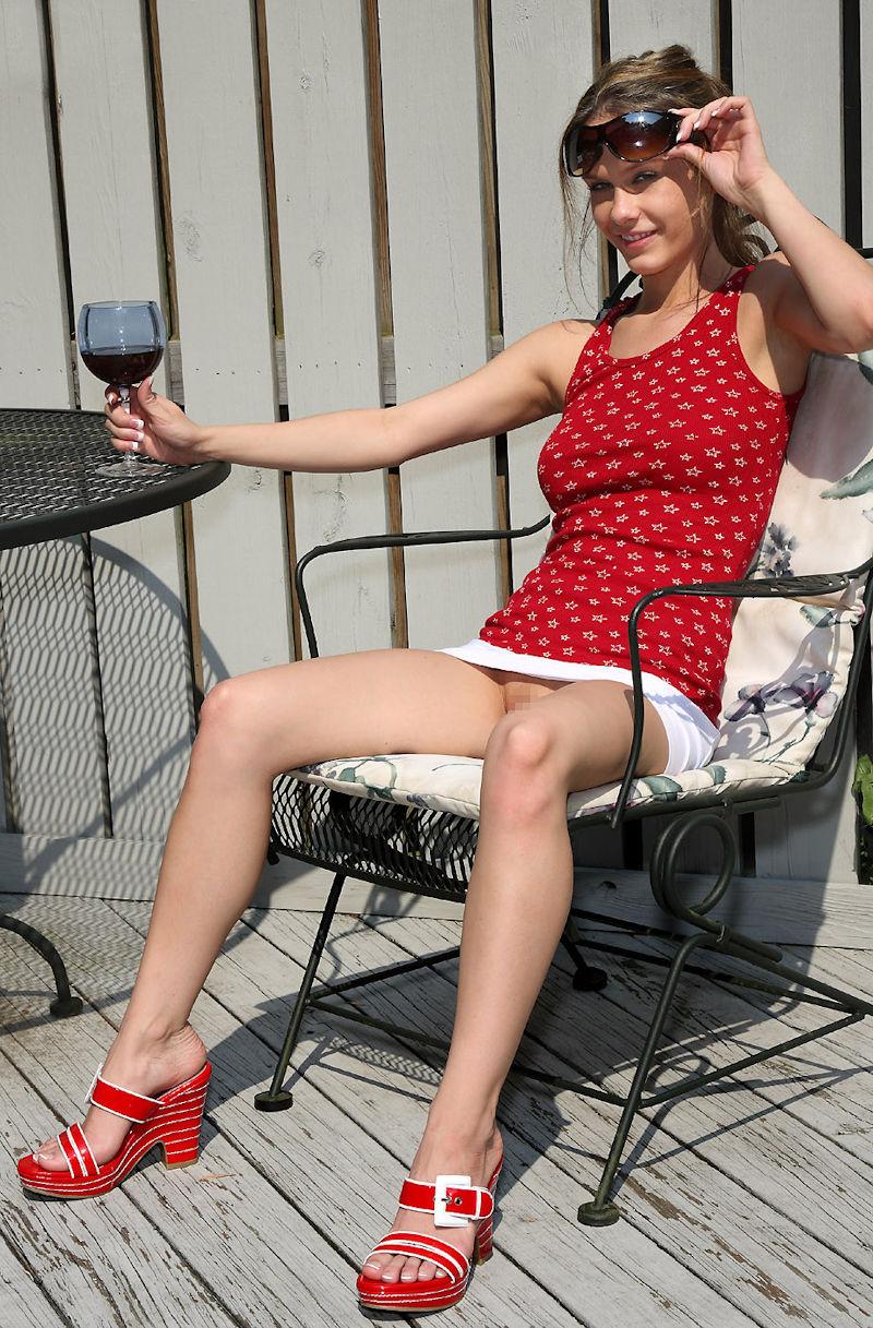 ノーパン 外国人 ワイン 飲酒 マンチラ エロ画像【3】