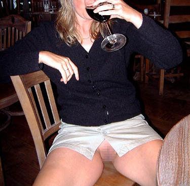 ノーパン 外国人 ワイン 飲酒 マンチラ エロ画像【21】
