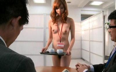 会社のお茶出しOL!セクシーな来客応対のエロ画像 ④
