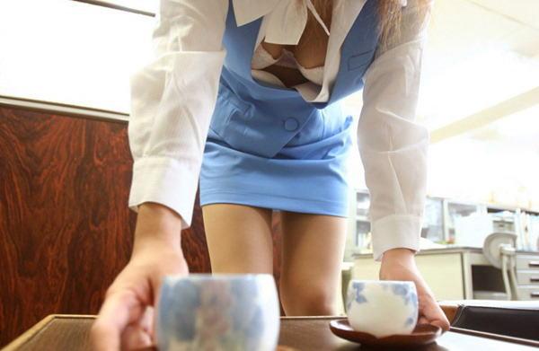 会社 お茶出し OL セクシー 来客応対 エロ画像【3】