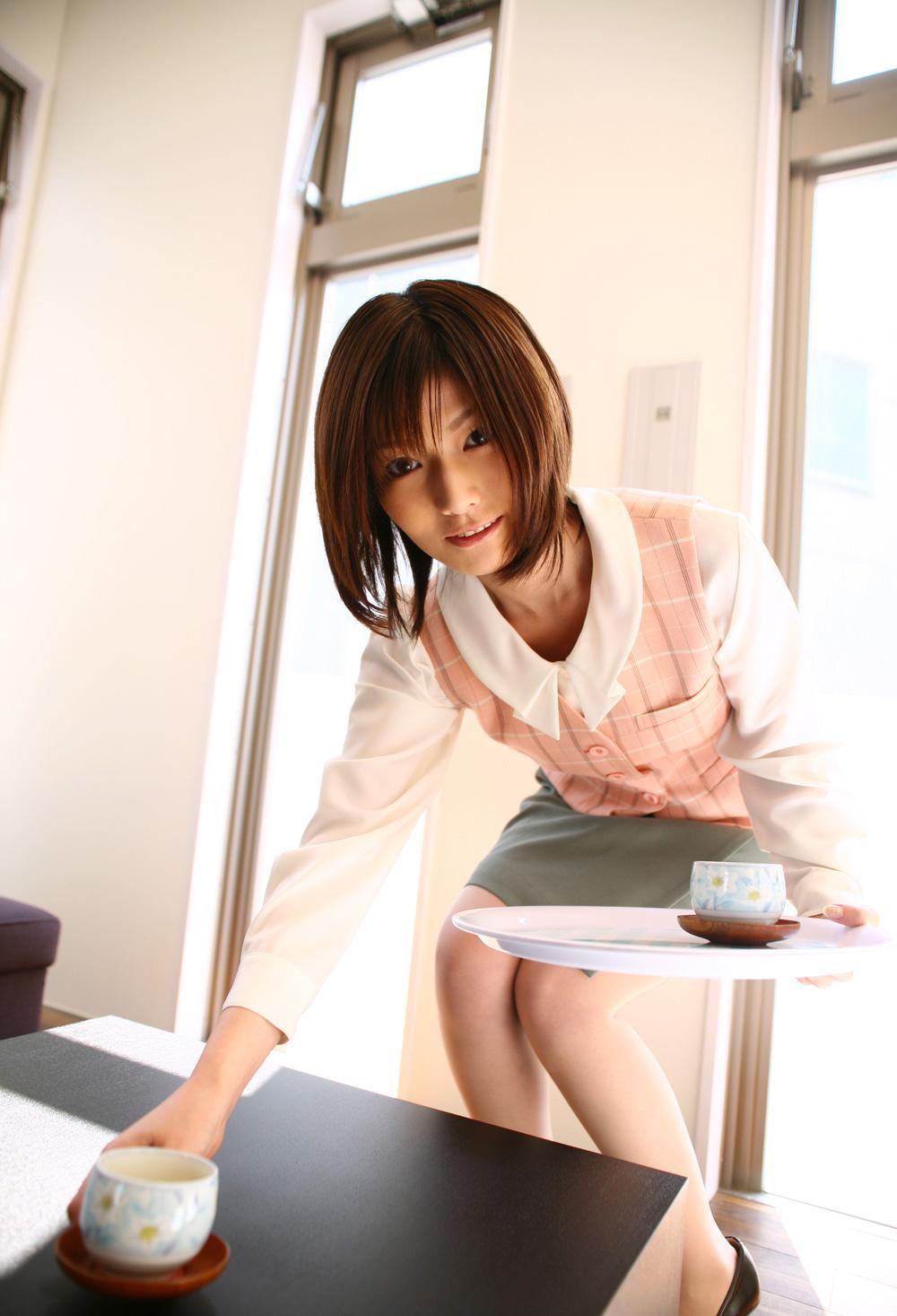 会社 お茶出し OL セクシー 来客応対 エロ画像【14】