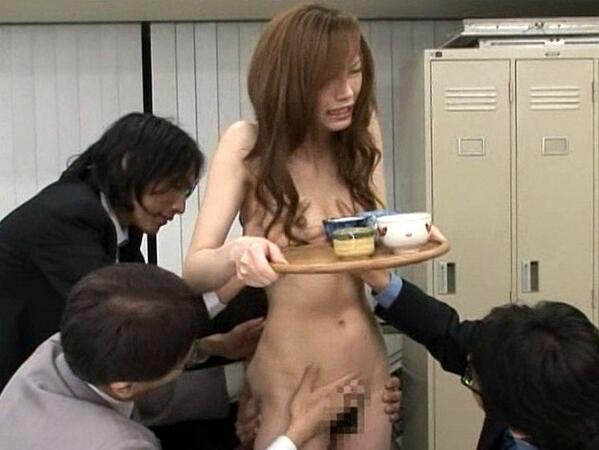 会社 お茶出し OL セクシー 来客応対 エロ画像【16】