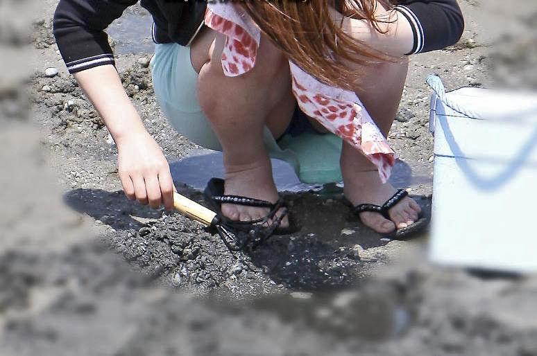 潮干狩り パンチラ 海辺 パンツ 激写 エロ画像【2】