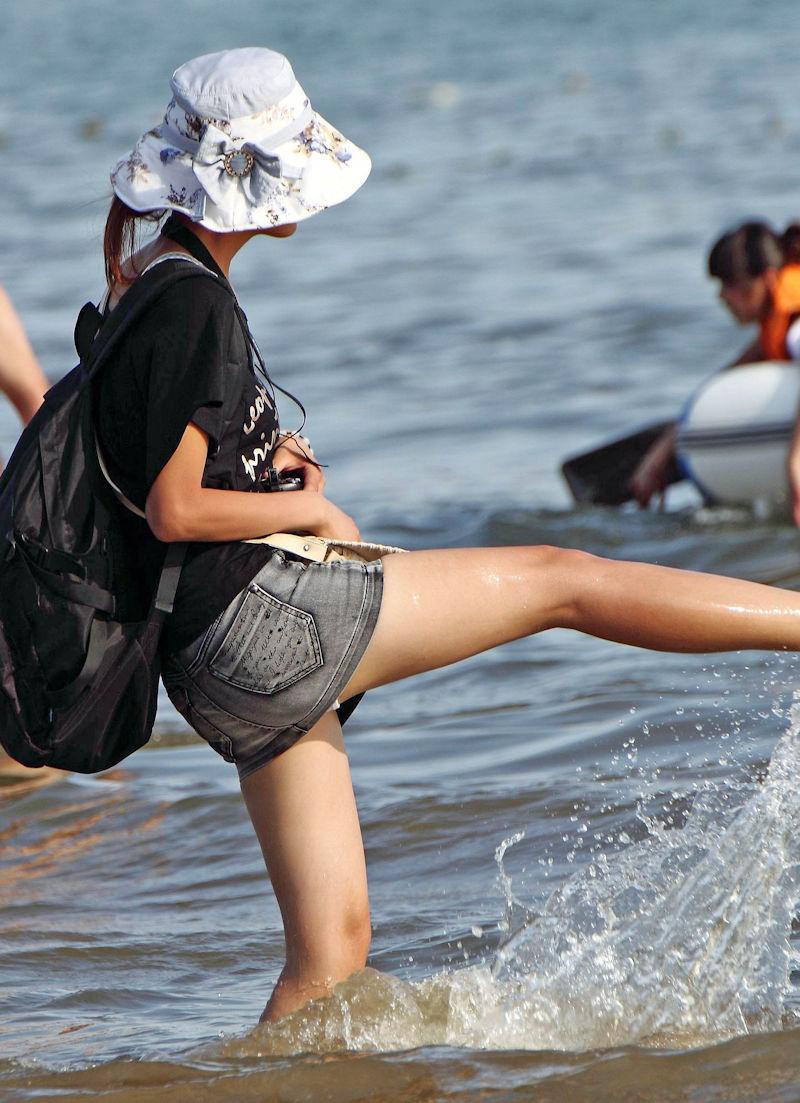 潮干狩り パンチラ 海辺 パンツ 激写 エロ画像【8】