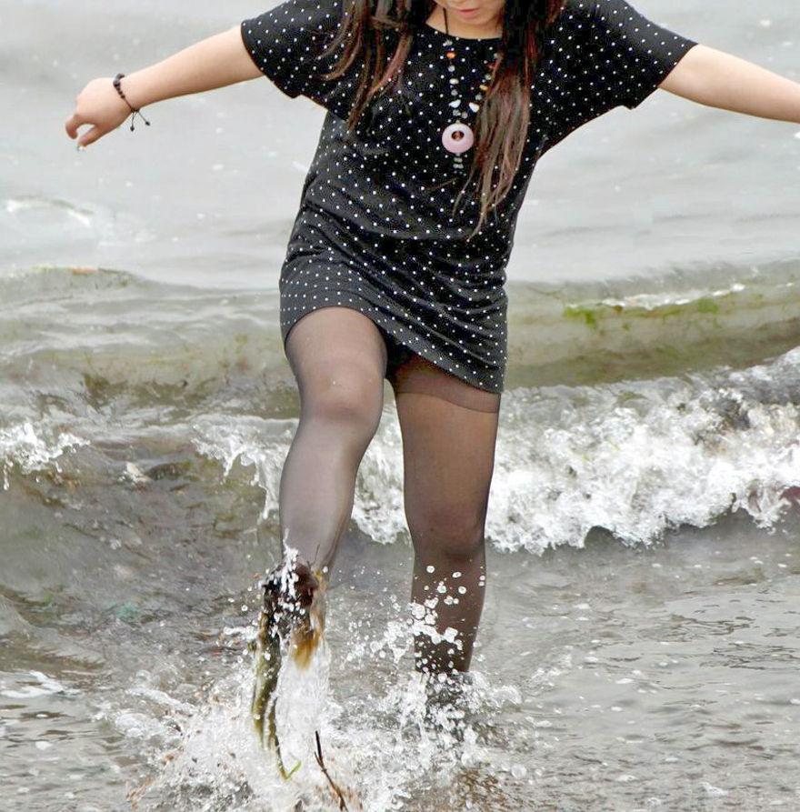 潮干狩り パンチラ 海辺 パンツ 激写 エロ画像【9】